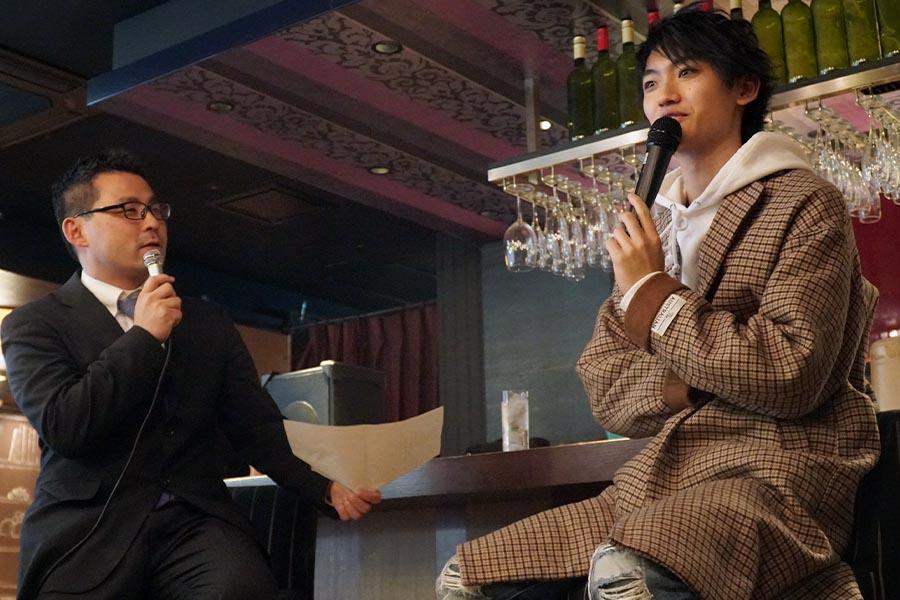 「デスノート THE MUSICAL」の交流会でトークショーを行う梶山裕三プロデューサー(左)と高橋颯