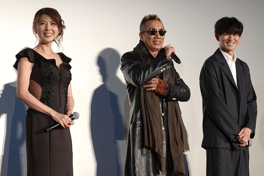 舞台挨拶に登壇した長渕剛(中央)と飯島直子、瑛太