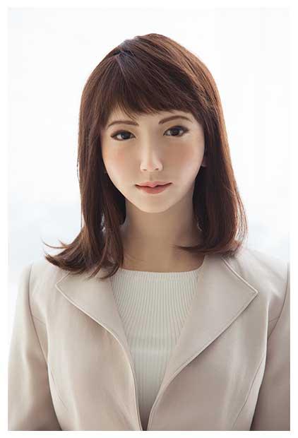 白のスーツ姿の「アオイエリカ」(C)日本テレビ