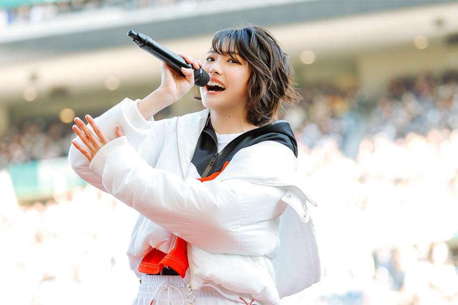 高校サッカーの決勝で歌唱する三阪咲