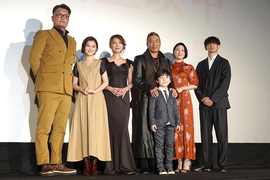 (左から)権野元監督、山口まゆ、飯島直子、長渕剛、潤浩、広末涼子、瑛太