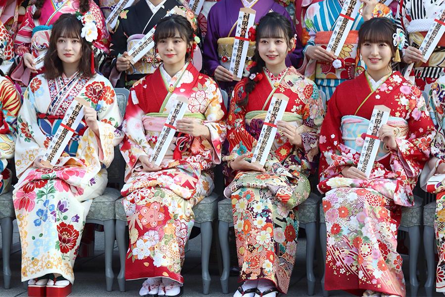 AKB48グループの新成人メンバー(左から)江籠裕奈、本間日陽、大盛真歩、田島芽瑠