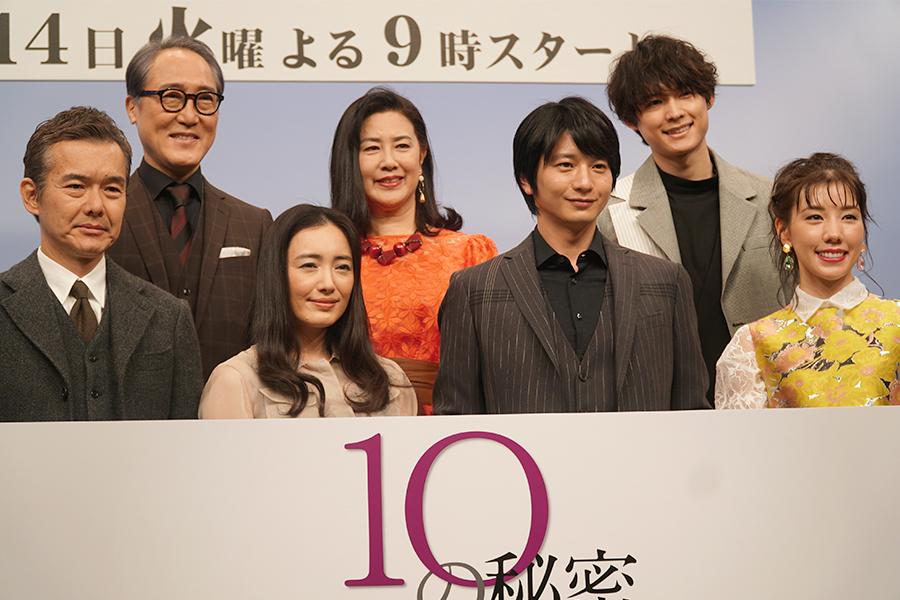 ドラマ「10の秘密」の制作発表会見に出席した向井理(前列右から2番目)ら