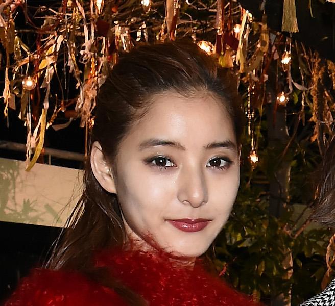新木優子、富士山バックに愛犬抱え笑顔 抜群スタイルに驚きの声「犬より顔ちっさ」