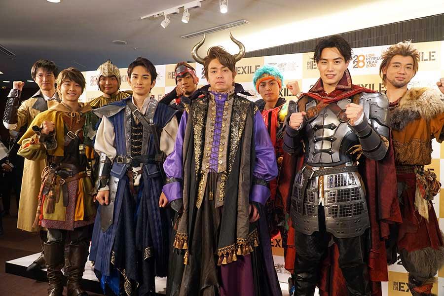 会見に登場した劇団EXILEのメンバー9人