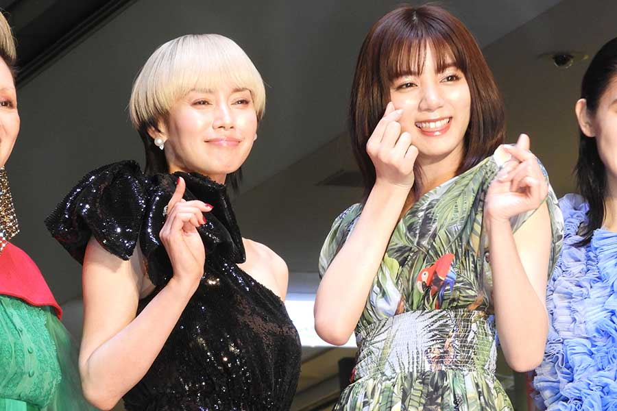 中谷美紀(左)と池田エライザ