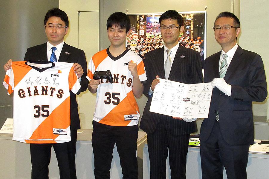 コントローラーを始め、全48選手のサイン色紙などを寄贈した巨人・舘野(左から2番目)