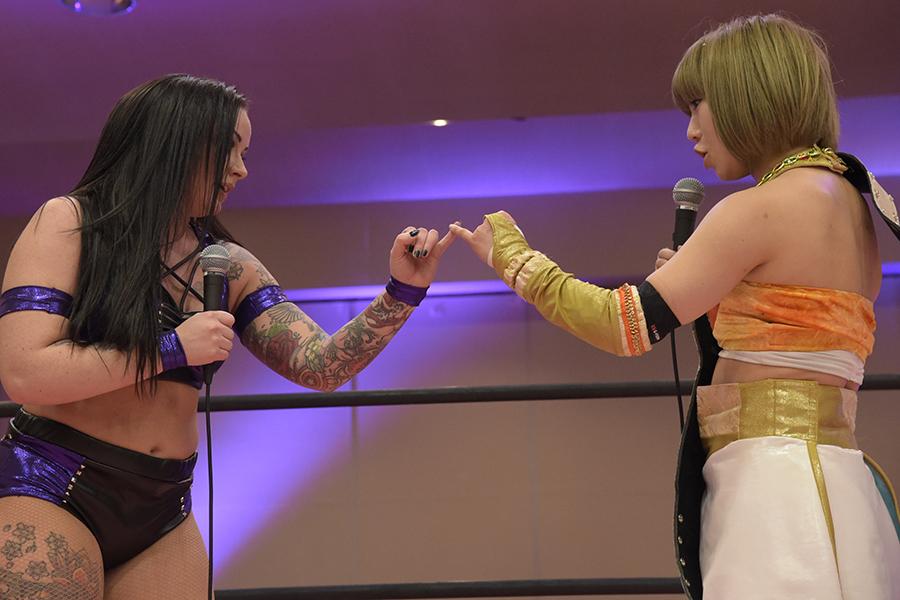 指切りで健闘を誓いあったラナ(左)と坂崎【写真提供:(C)DDTプロレスリング/撮影 村上由美】