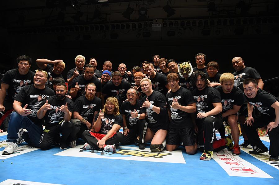 服部レフェリーを囲んで記念撮影する新日本プロレス所属選手 (C)NJPW