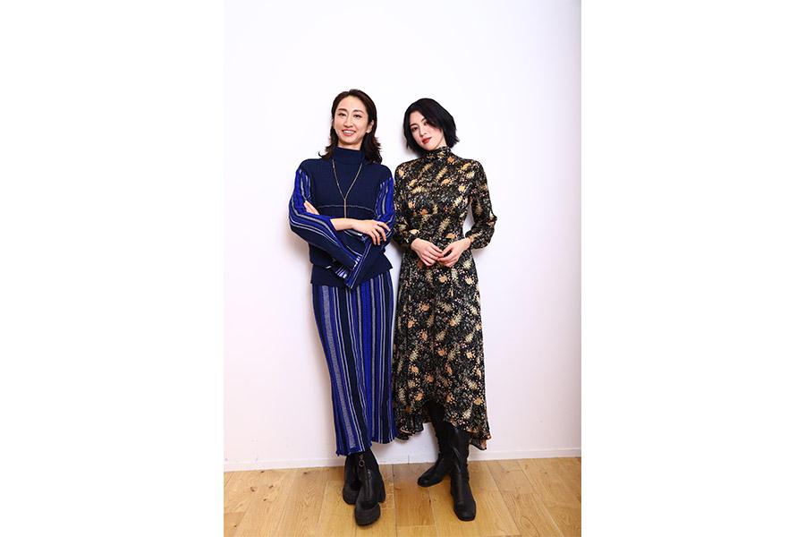 映画「犬鳴村」の主題歌「HIKARI」でコラボしたMs.OOJA (左)と三吉彩花【写真:山口比佐夫】