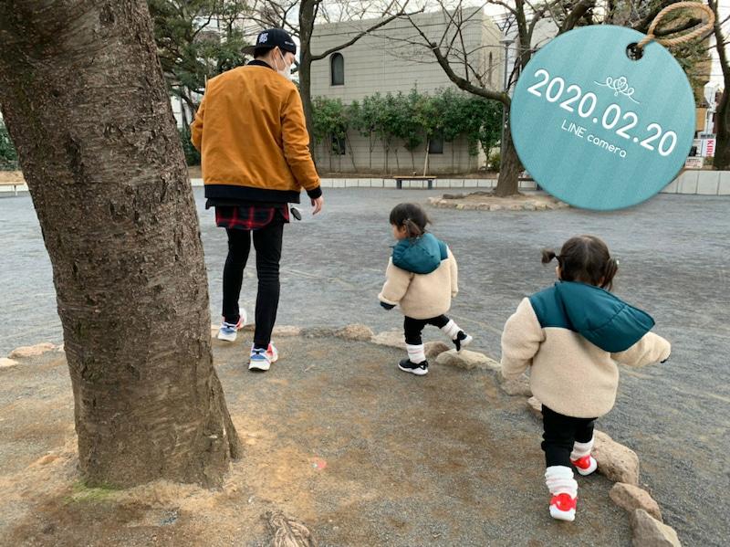 【写真】マスクを付けたノンスタ石田がお揃いの服を着た双子の愛娘たちとお散歩ショット 実際の写真(C) NON STYLE 石田明オフィシャルブログ Powered by Ameba
