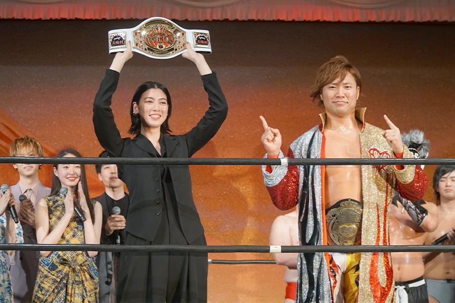 映画「犬鳴村」で主演を務めた三吉彩花(前方左)と全日本プロレスの宮原健斗