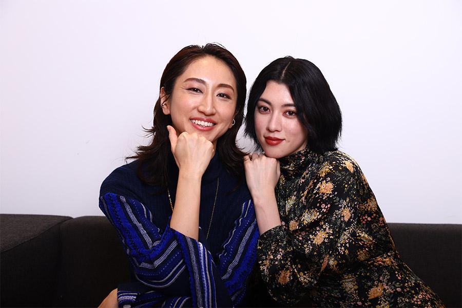 映画「犬鳴村」の主題歌「HIKARI」でコラボを実現させたMs.OOJA (左)と三吉彩花【写真:山口比佐夫】