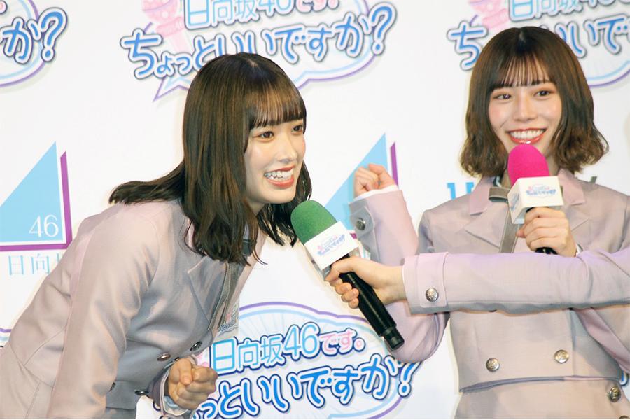 インタビューに答える日向坂46の佐々木久美(左)