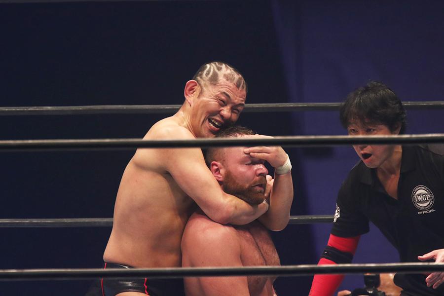 【新日大阪大会速報】鈴木みのるとの因縁対決制したジョン・モクスリーがUSヘビー防衛