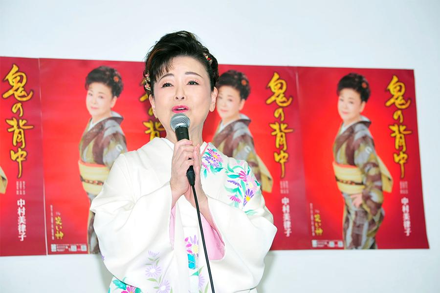 新曲「鬼の背中」の発売記念イベントを開催した中村美津子