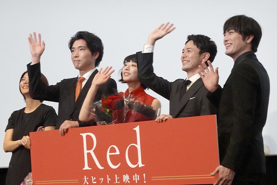 映画「Red」公開記念舞台あいさつ(左から)三島有紀子監督、柄本佑、夏帆、妻夫木聡、間宮祥太朗