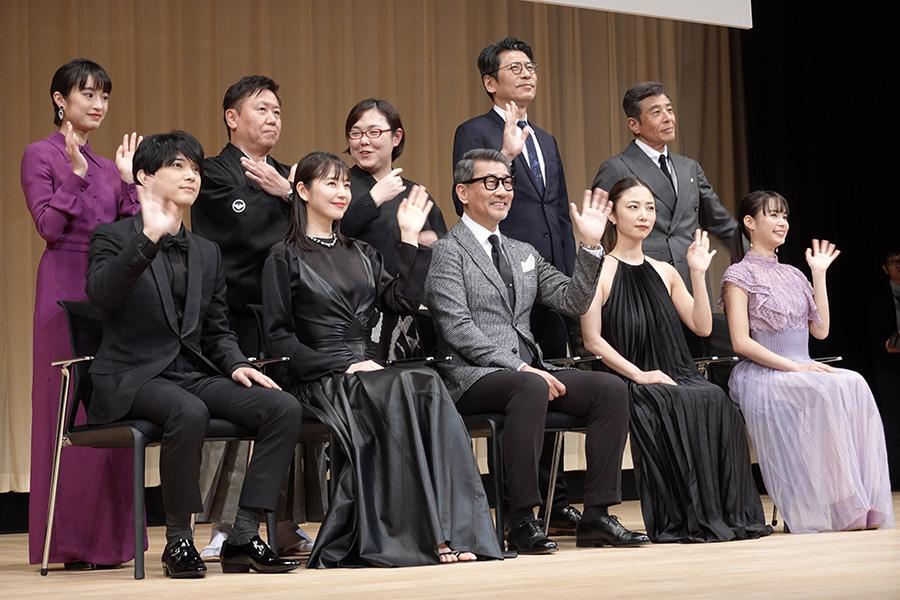 主演男優賞・中井貴一&司会・舘ひろしが爆笑やりとり 「舘さん、ハズキルーペ貸してください」
