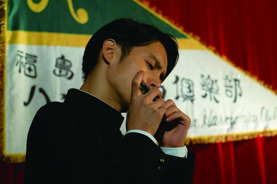 ハーモニカを吹く、窪田演じる古山裕一(C)NHK