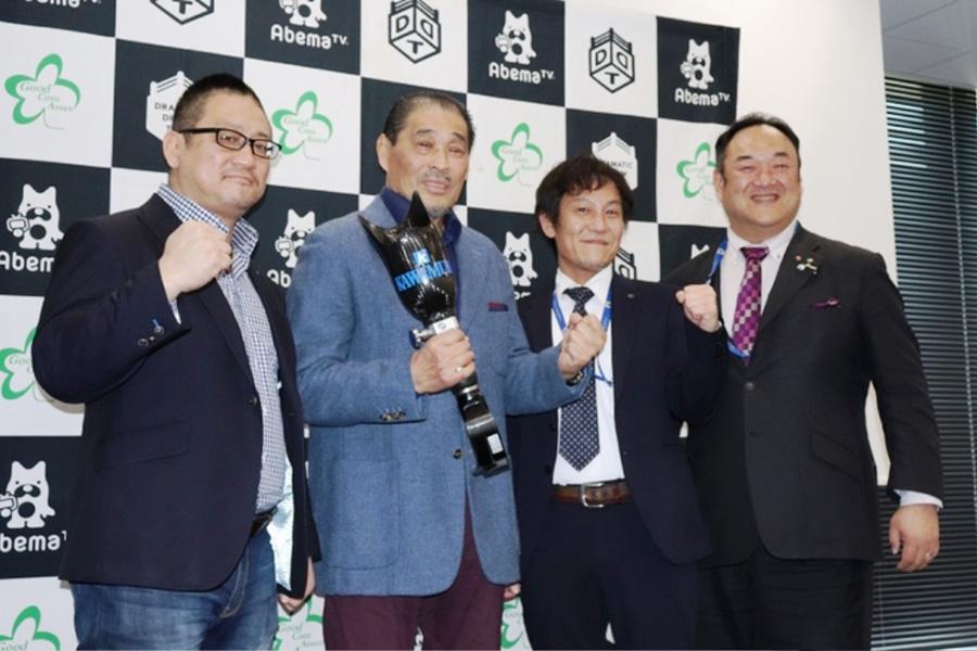 会見に出席した谷津嘉章(左から2人目)