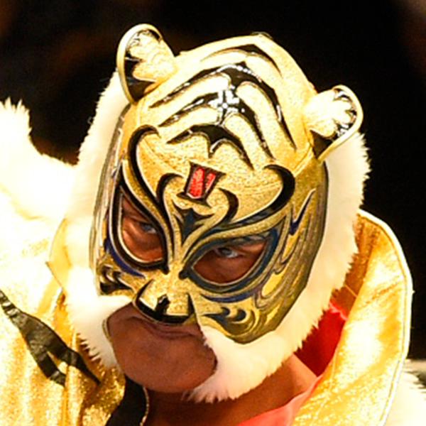 タイガーマスク、覆面姿のままシャンプーする写真を公開「マスクマンの鏡」「さすがプロ!!」