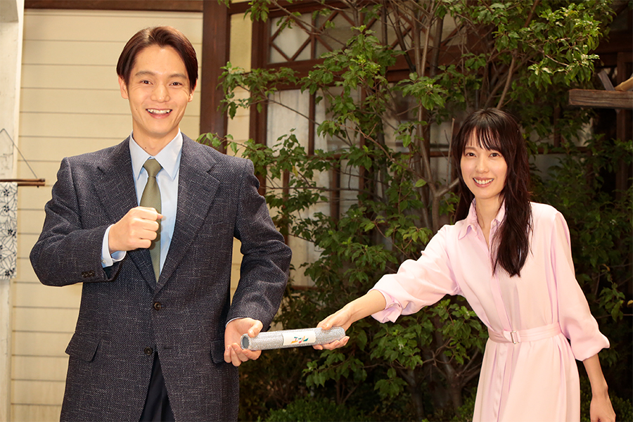 バトンタッチセレモニーを行った窪田正孝(左)と戸田恵梨香 (C)NHK