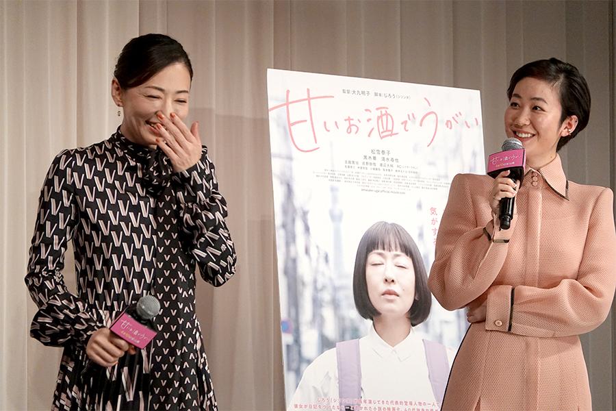 主演の松雪泰子(左)と黒木華