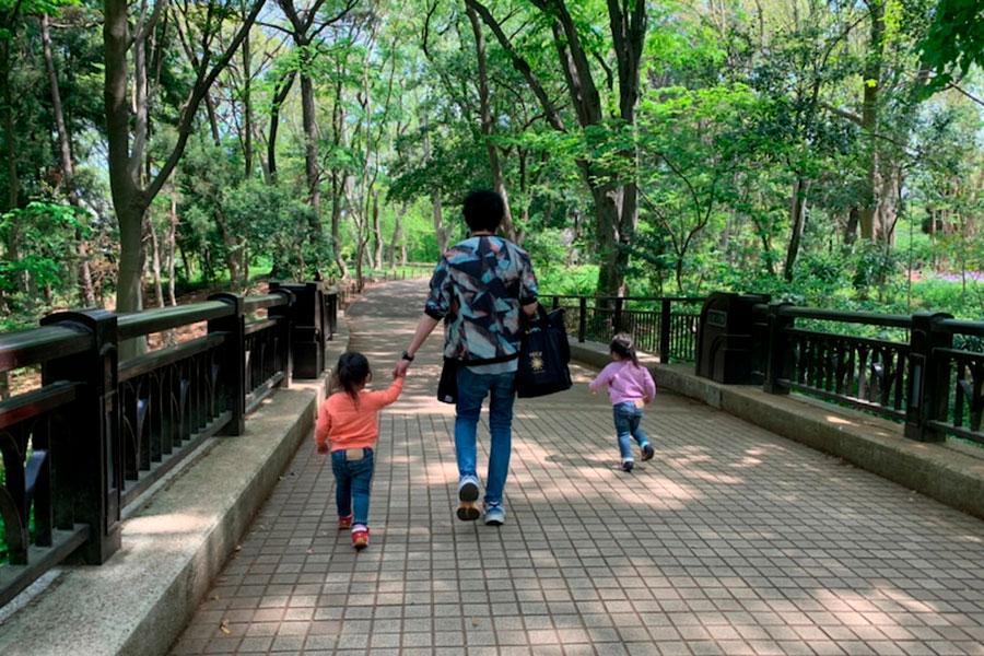"""ノンスタ石田、「人混み避けて」愛娘と散歩 帰宅後は""""みんなでゴロン""""「幸せオーラ出しすぎ!笑」"""