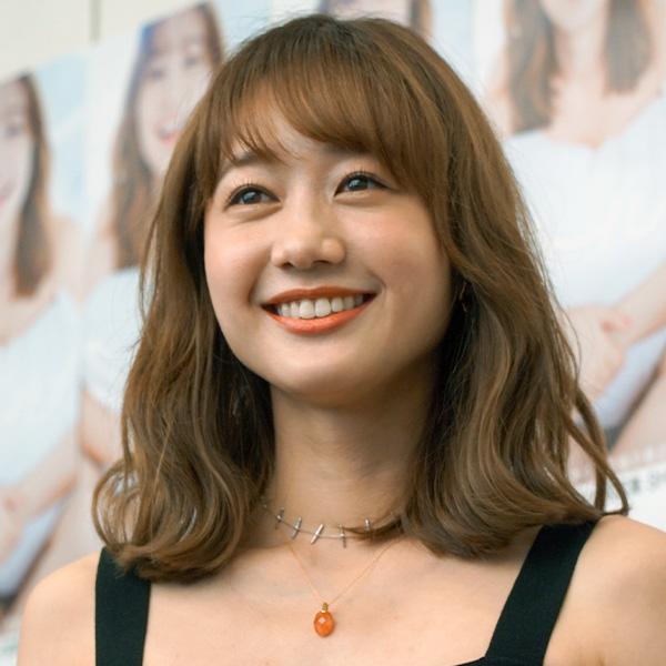 高田秋のオレンジ爽やかファッションにファン「足長いね。羨ましい!!」「とても可愛いコーデ」