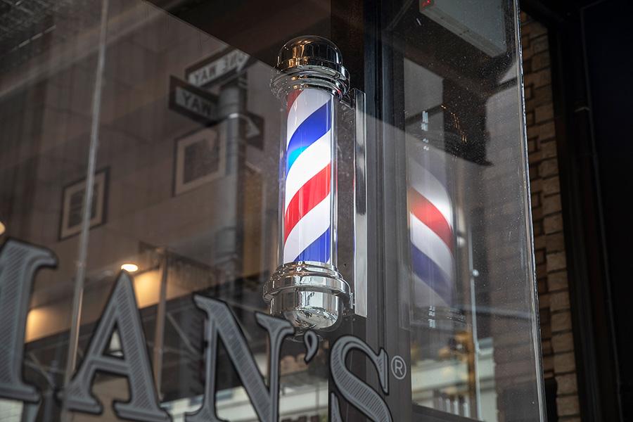 海外では理髪店休業の影響が広がっている【写真:Getty Images】