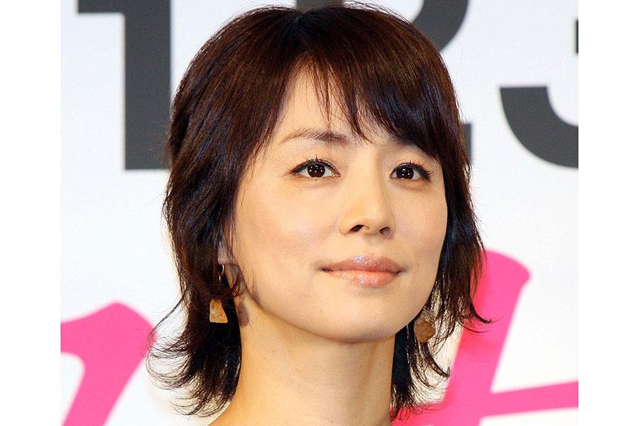 """石田ゆり子、愛猫・ハニオくんによる""""検温""""ショット公開「おでこが妙に暑くて…」"""