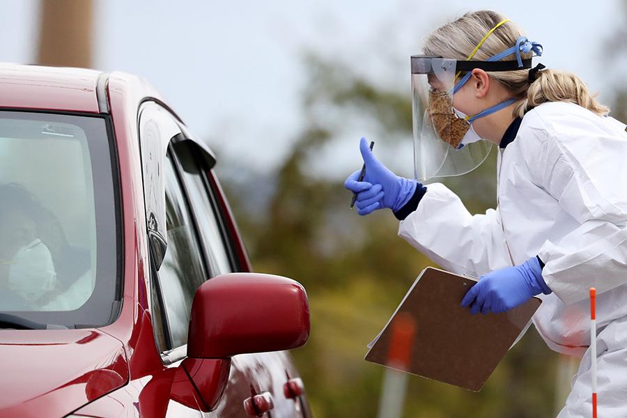 マサチューセッツ州でドライブスルー検査を行う医療スタッフ【写真:Getty Images】