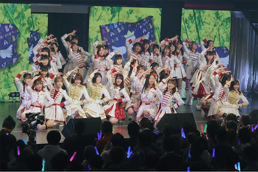 パフォーマンスをみせる「AKB48」のチーム8