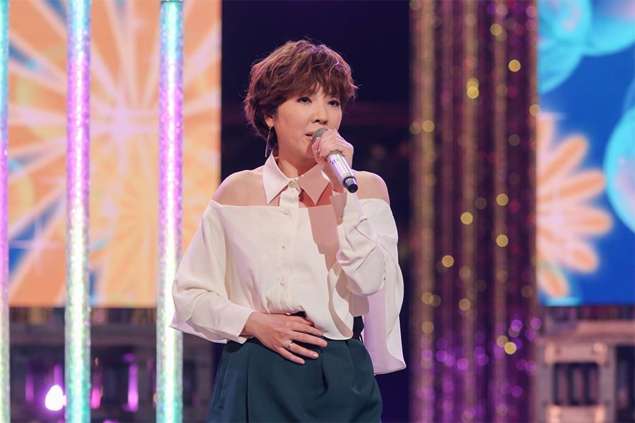 岡本真夜は「TOMORROW」を歌う (C)NHK