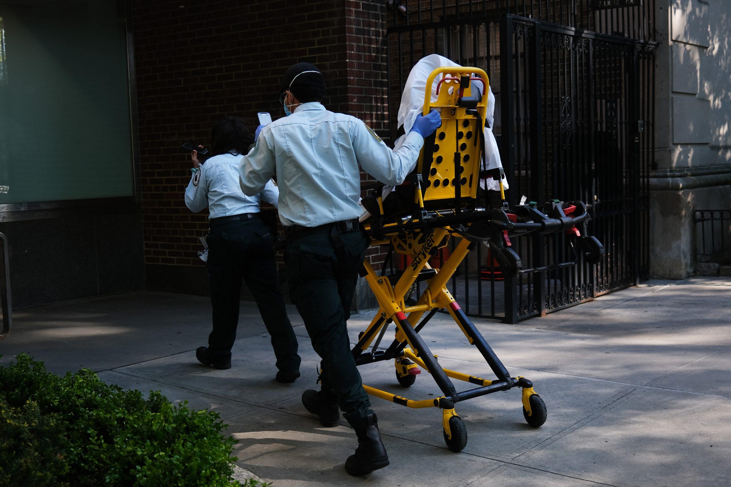 新型コロナで31日間昏睡状態…米国の76歳男性が奇跡の回復、退院し歩行も可能に
