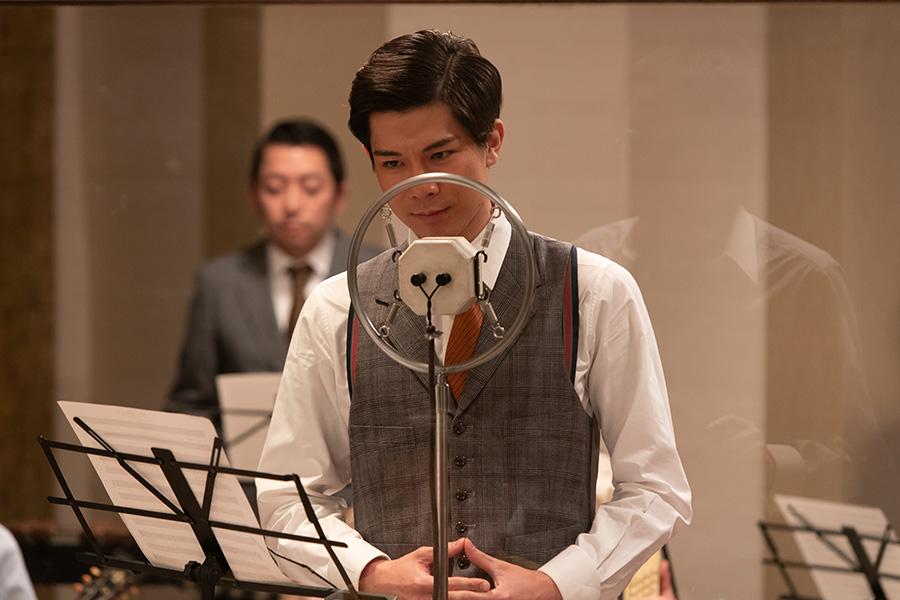 【エール】歌手・山藤太郎役の柿澤勇人が初登場 「丘を越えて」を録音中に裕一と出会う