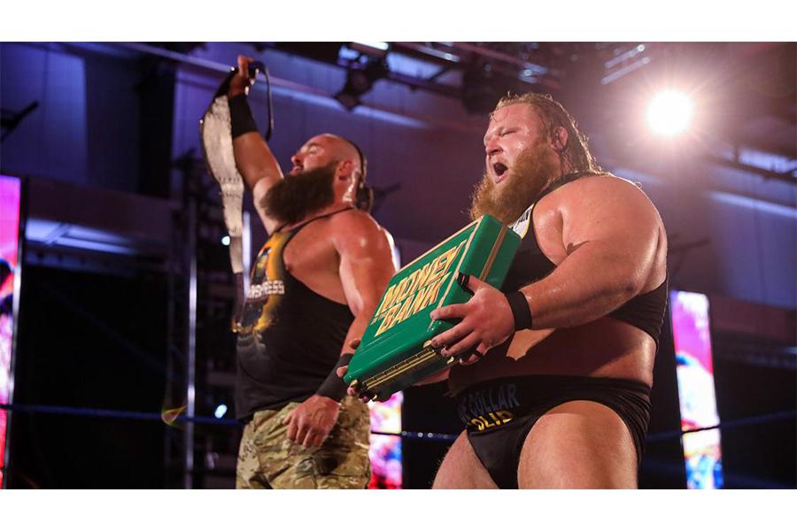 ブラウン・ストローマン(左)とオーティス (C)2020 WWE, Inc. All Rights Reserved.