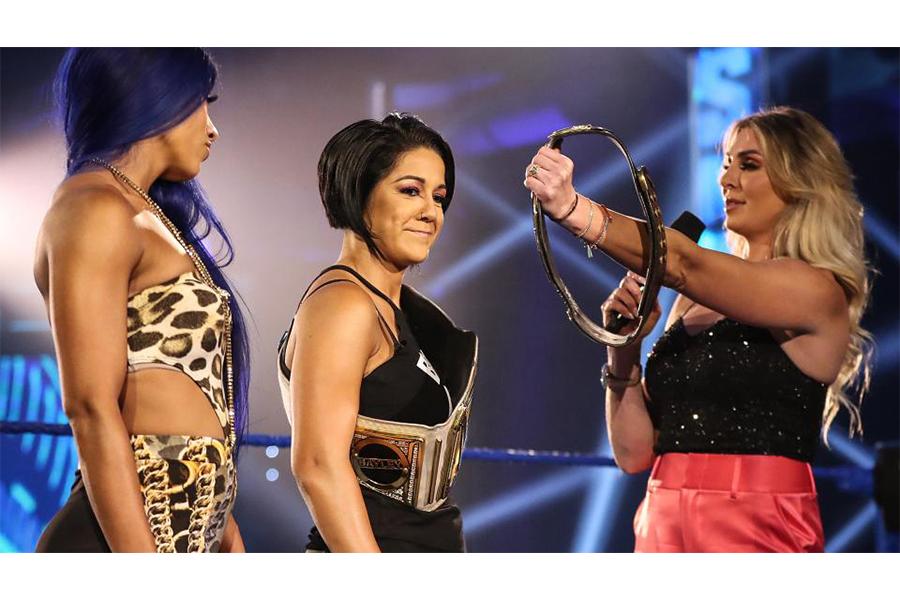 シャーロット・フレアー(右)とベイリー(中央)の対戦が決定 (C)2020 WWE, Inc. All Rights Reserved.