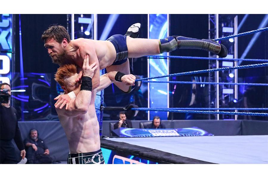 WWE IC王座準決勝で不可解な事故が…決勝進出はブライアンとAJスタイルズに決定!