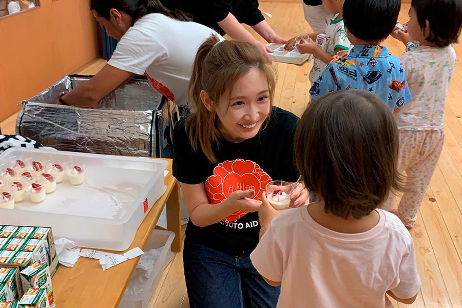 被災地での支援活動で笑顔を見せる紗栄子