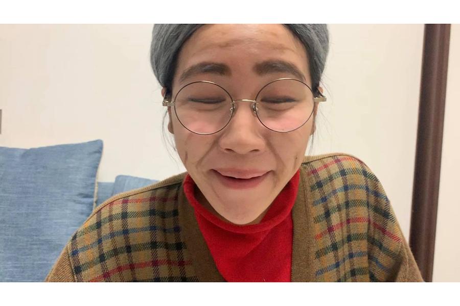1人6役をこなす短編映画「ファミリー」では、すき焼き大好きなおばあさんに【写真提供:辻凪子】