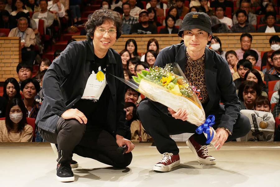 行定監督(左)と高良健吾