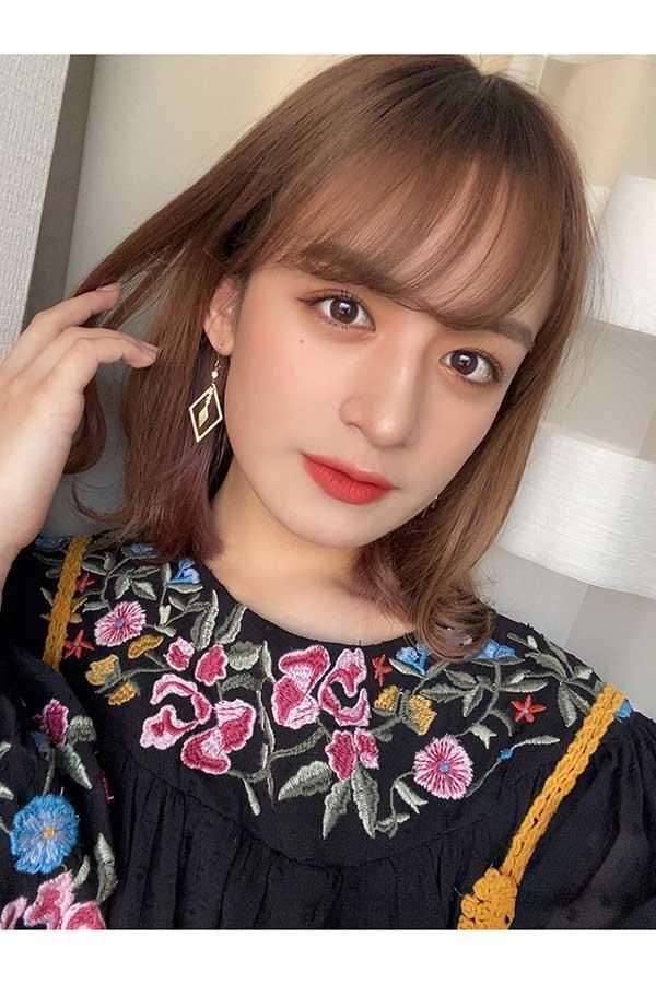 4thシングル「ピアス」をリリースした山出愛子、お気に入りのピアスで自撮り【写真:(C)Amuse】
