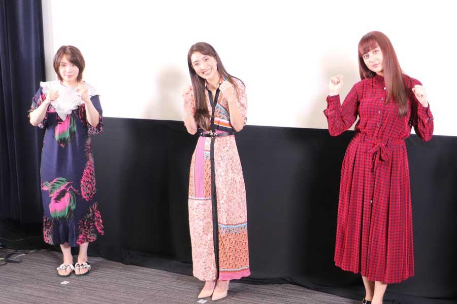 ポーズを決める出演者たち、左から真魚、文音、石田ニコル