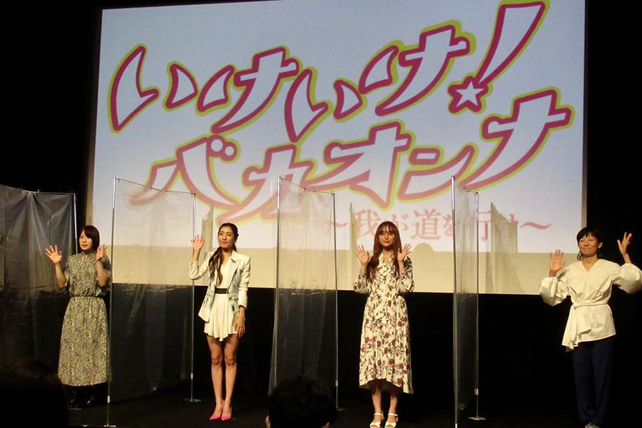 (左から)真魚、文音、石田ニコル、永田琴監督