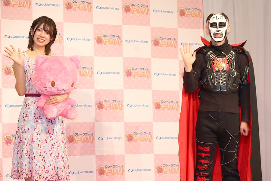 「トレバ」の新CM発表会のAKB48の大西桃香(左)と鉄拳