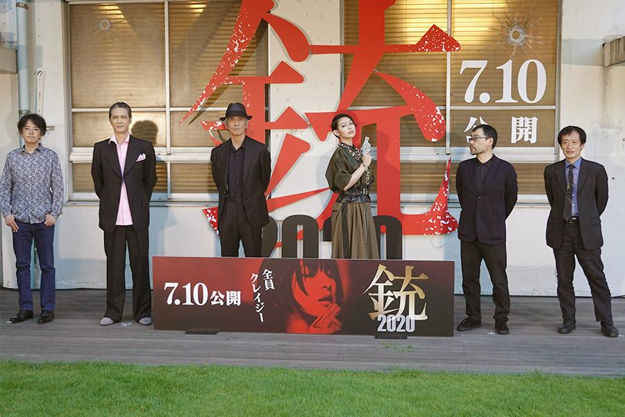 (左から)中村文則氏、加藤雅也、佐藤浩市、日南響子、武正晴監督、奥山和由氏