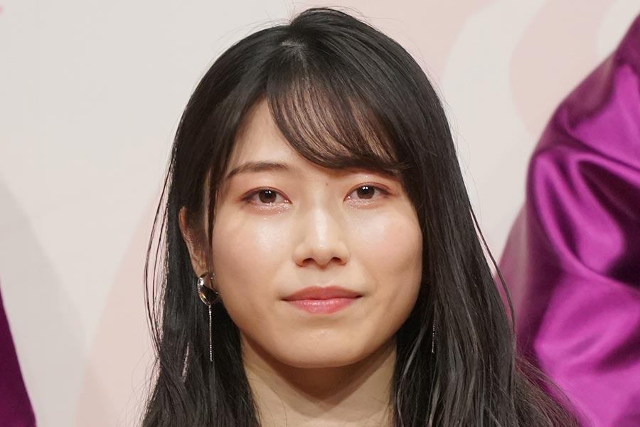 横山由依、AKB48衣装のキティちゃんと2ショット「JK美少女」「夢の共演」と話題に