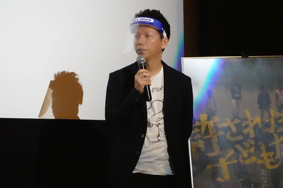 フェイスシールドを装着した内藤瑛亮監督