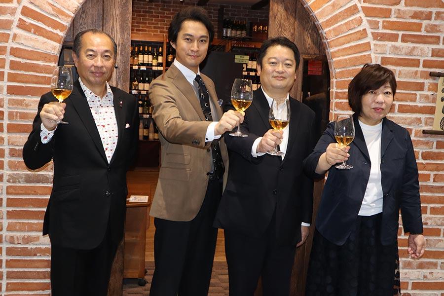 山梨県のアンテナショップの会見に出席した田崎真也氏、渡辺大、長崎幸太郎知事、林真理子さん(左から)